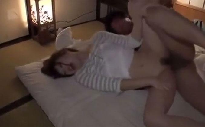 夫と就寝中に侵入してきた義理の息子の巨根に犯される欲求不満の人妻が声を堪えつつ絶頂へ登り詰める