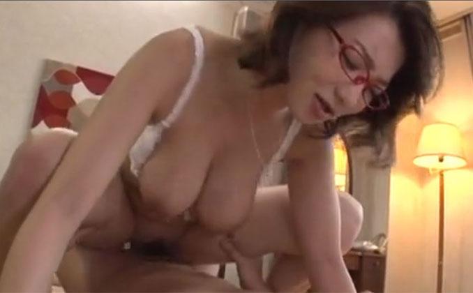 息子の肉棒を蜜壺に咥え込み快楽に歓喜する爆乳の教育ママ