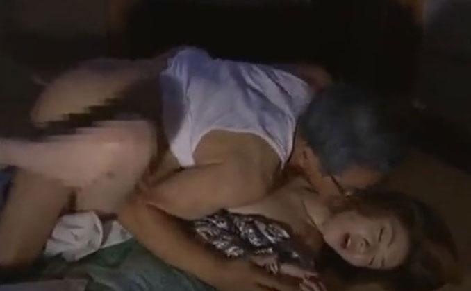 夫が出張中に義父に寝込みを襲われた快楽が忘れられずに不貞の近親相姦を続ける裏切りの妻